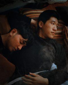 Peinzende man in bed